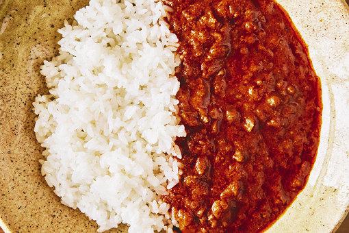 二人が食べた「DJ MARUKOME 読めるスパイスカレー」。大豆のお肉が本物のひき肉のようでジューシー