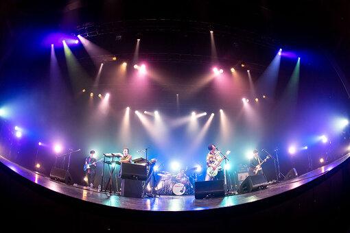マカロニえんぴつ<br>メンバーは、はっとり(Vo,Gt)、高野賢也(Ba,Cho)、田辺由明(Gt,Cho)、長谷川大喜(Key,Cho)。2012年はっとりを中心に神奈川県で結成。メンバー全員音大出身の次世代ロックバンド。はっとりのエモーショナルな歌声と、キーボードの多彩な音色を組み合わせた壮大なバンドサウンドを武器に圧倒的なステージングを繰り広げる。11月4日にEP『愛を知らずに魔法は使えない』をメジャーリリースする。