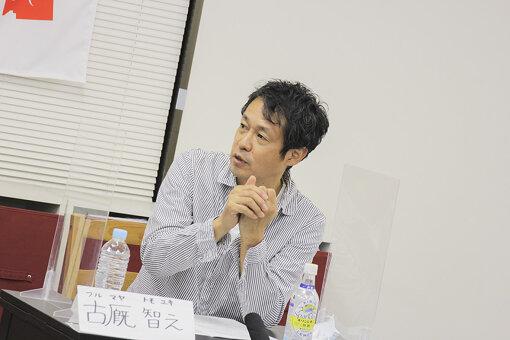 古厩智之(ふるまや ともゆき)<br>1968年11月14日生まれ、長野県出身。日本大学在学中に撮影した『灼熱のドッジボール』が、1992年のぴあフィルムフェスティバルでグランプリを受賞。スカラシップを獲得して制作された『この窓は君のもの』で長編デビューを果たし、第35回日本映画監督協会新人賞を史上最年少で受賞。以降、『ロボコン』、『ホームレス中学生』、『武士道シックスティーン』など数多くの映画、テレビドラマなどで監督を務める。2020年7月には最新作『のぼる小寺さん』が公開。