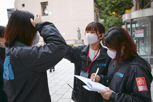 日本工学院八王子専門学校の学生たち。一人ひとり検温中