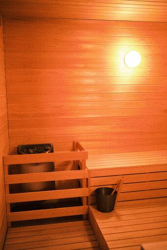 4人ほど入れるコンパクトなサウナ室。O Park OGOSEのサウナは『SAUNACHELIN 2020』でも11位にランクインしている