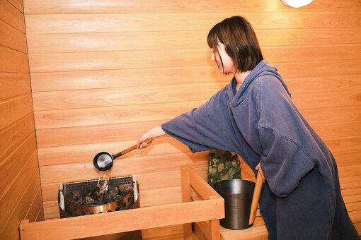 熱々のサウナストーンにアロマ水をかけると、なんともいい香りの水蒸気が発生。サウナ室を満たしていく