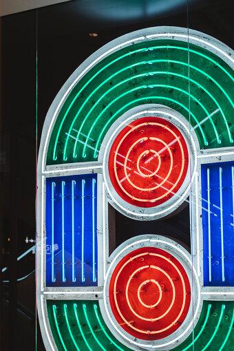 五十嵐威暢が手掛けたPARCOロゴのネオンサイン(一部)