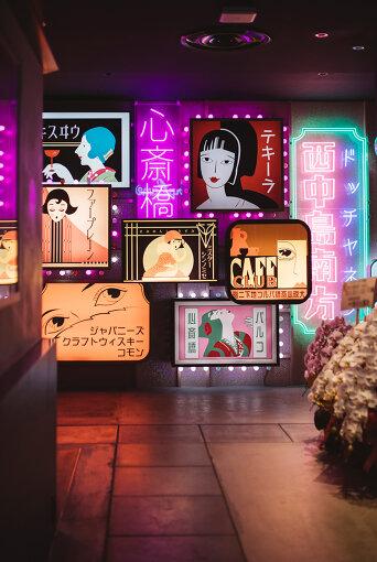 食堂街を華々しく彩るオリジナルのネオン