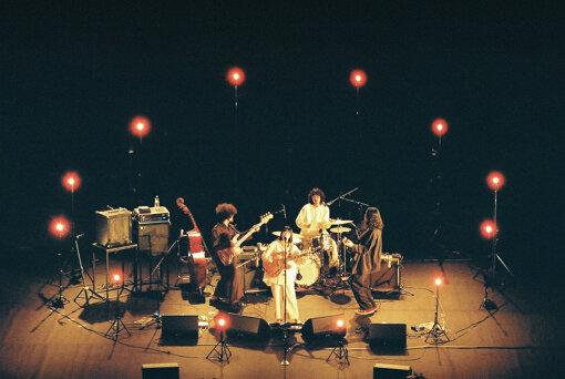 『カネコアヤノ ワンマンショー2020春』夜公演より。左端から時計回りに:本村拓磨(Ba,Cho)、Bob(Dr,Cho)、林宏敏(Gt)、カネコアヤノ