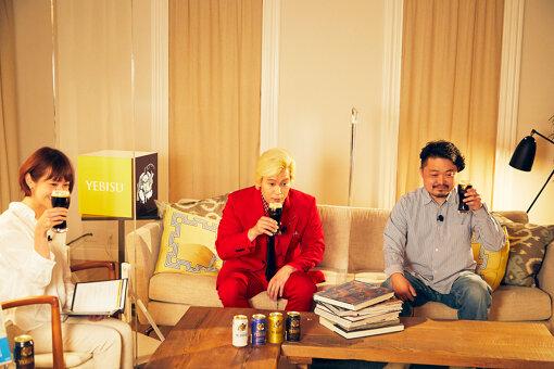 画面の向こうの視聴者と「ヱビス プレミアムブラック」で乾杯するカズレーザーと内沼晋太郎