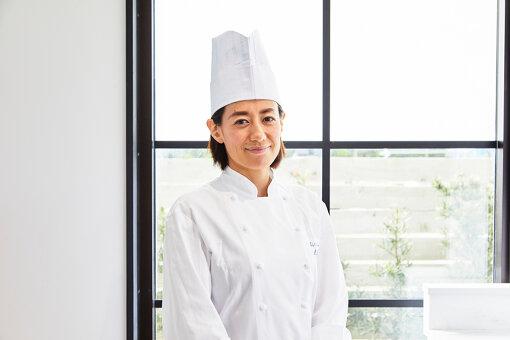 秋元さくら(あきもと さくら)<br>国際線CAとして世界各地を訪れ、さまざまな食文化を体験するうちに料理への興味が高まり、料理人に転身。調理師学校卒業後「オーギャマンドトキオ」の木下シェフに師事。2009年にソムリエでもあるご主人とともにフランス家庭料理「モルソー」をオープン。季節の素材の持ち味を生かした女性らしく繊細でみずみずしい料理は数々のリピーターを生み出し、モルソーは現在予約のとれない店として連日の盛況を見せている。