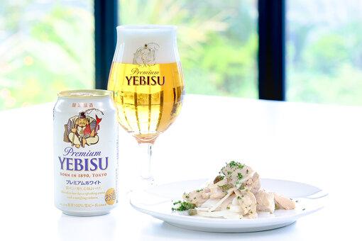 「ヱビス プレミアムホワイト」と新玉ねぎと鶏肉のケイパーマリネ / 写真提供:ヱビスビール