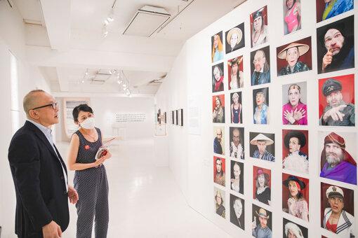 トマシュ・マフチンスキによる作品を鑑賞する山田五郎さんとキュレーターの嘉納礼奈さん