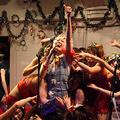 オタク文化やネットカルチャーを節操なくコラージュした、狂騒の舞台