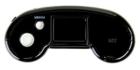 人気のヒミツは、この手に馴染みのよいカタチ。『REBORN』ではカメラの上部にシリアルナンバーを刻印。