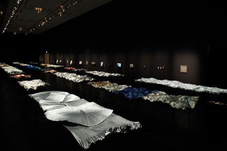 第一部は繊維の「自己組織化」をテーマにした展示室 『新井淳一の布 伝統と創生』会場風景 撮影:木奥惠三