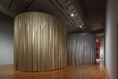 インスタレーション『マワリテメグル』布は金と銀のリバーシブルだ 『新井淳一の布 伝統と創生』会場風景 撮影:木奥惠三