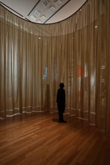 インスタレーション『マワリテメグル』の内部 『新井淳一の布 伝統と創生』会場風景 撮影:木奥惠三