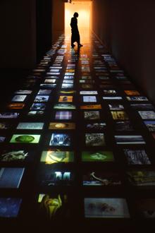 新井の声と写真によるインスタレーション 『新井淳一の布 伝統と創生』会場風景 撮影:木奥惠三
