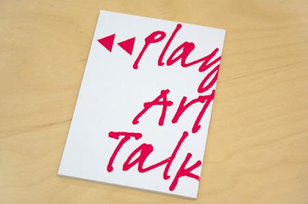 『プレイバック・アーティスト・トーク』展入場者全員に無料配布される小冊子(文庫サイズ、全56ページ)