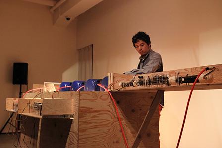 ゾンビ音楽を演奏する安野太郎 ©Tokyo Wonder Site