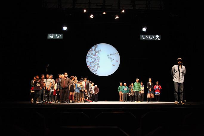 賛否両論? 人口統計に基づき素人100人を舞台に上げた「究極のポストドラマ演劇」