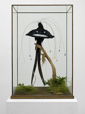 ライアン・ガンダー『四代目エジャートン男爵の16枚の羽毛がついた極楽鳥』2010 ©Ryan Gander. Courtesy the Artist