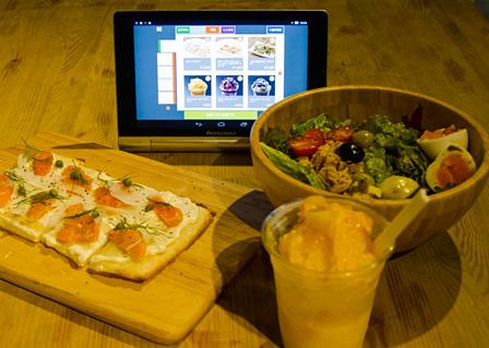 左:スモークサーモンとクリームチーズのタルトフランペ 1,200円 / 右上:ニース風サラダ 800円 / 右下:グラッタケッカ(マンゴー) 500円