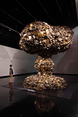 スボード・グプタ『ライン・オブ・コントロール(1)』2008年 Courtesy of the Artist and Arario Gallery 提供:創造都市さっぽろ・国際芸術祭実行委員会 photo:Keizo Kioku