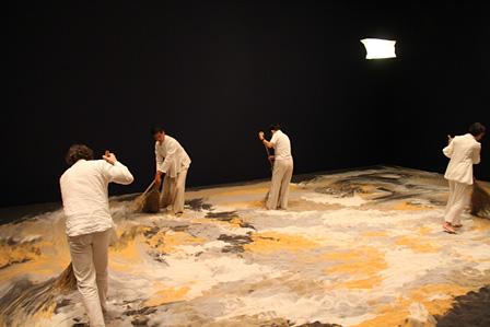 『砂のゲルニカ』パフォーマンスの様子