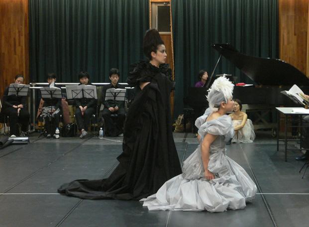 武満徹から野田秀樹まで、芸術家たちが100年以上にわたって腐心してきた「日本のオペラ」の現在地