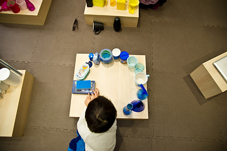 「cocoiku PARK」での安藤僚子講師による「きって、はって、ならべて、大きなものをつくろう」体験クラス