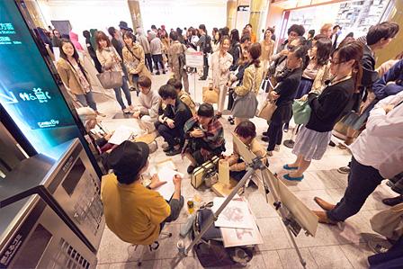 大勢の人で賑わうミッドタウン館内 撮影:Hirofumi Tani