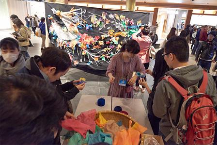 小林万里子『蘇れサケ!復活プロジェクト』ワークショップ風景 撮影:Hirofumi Tani