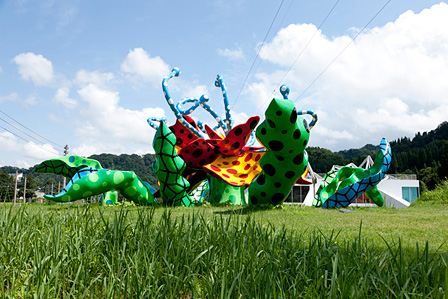 『大地の芸術祭 越後妻有アートトリエンナーレ』展示風景 草間彌生『Tsumari in Bloom』2000年 photo:Osamu Nakamura