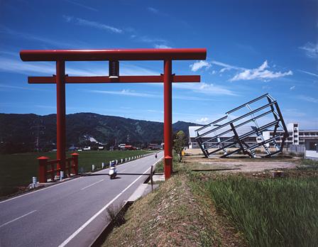 """『大地の芸術祭 越後妻有アートトリエンナーレ』展示風景 Richard Wilson『Set North for Japan(74°33'2"""")』 photo:Shigeo Anzai"""