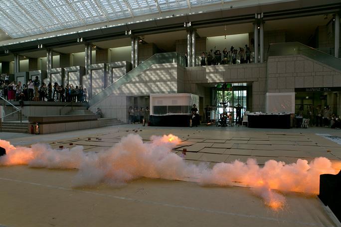 日本で才能を開花させた、現代アートシーンを代表する作家・蔡國強。「火薬爆発」に込めた思い