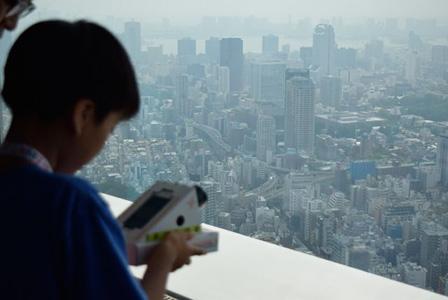 六本木ヒルズ展望台から撮影する様子