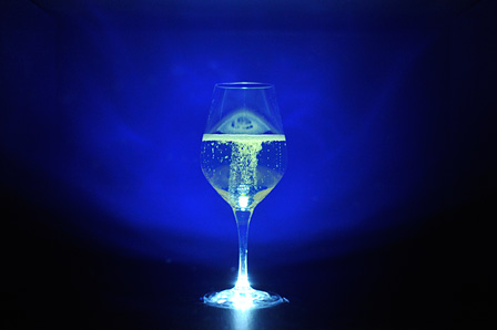 「ナノ秒レーザー」を使って、泡をコントロールするインスタレーション