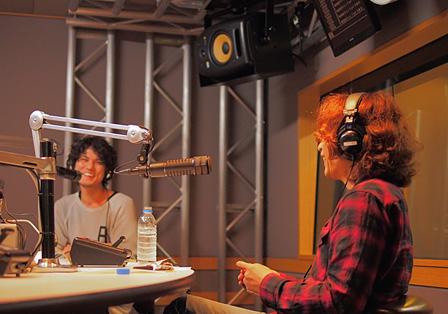 左奥:菅原卓郎、右手前:浅井健一