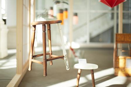 ワイヤーで吊られて浮いているように見える作品 photo by rakuda