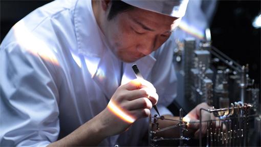 日頃、機械式時計を手がけている熟練時計職人も装置の一部となって登場