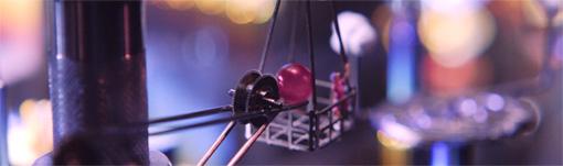 MVの途中に登場する赤い球体はルビー。時計のパーツのなかには軸受けの摩耗を最小限にするためいくつものルビーが使われている