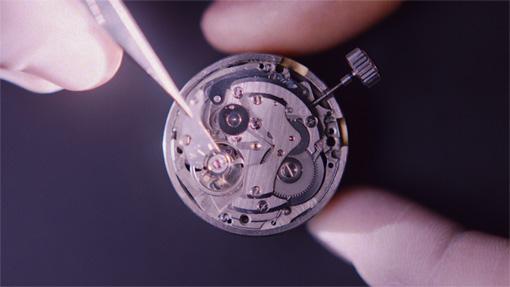 ピンセットの先にあるのが、時計の心臓部「てんぷ」