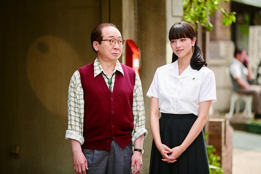 律子(右)と、律子の父親(左・中村梅雀)/ ©2018 映画「坂道のアポロン」製作委員会 ©2008 小玉ユキ/小学館