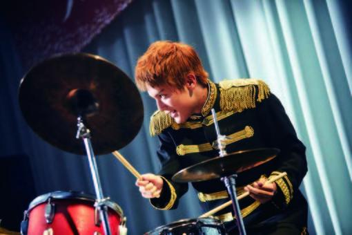 ドラムをプレイする千太郎/ ©2018 映画「坂道のアポロン」製作委員会 ©2008 小玉ユキ/小学館