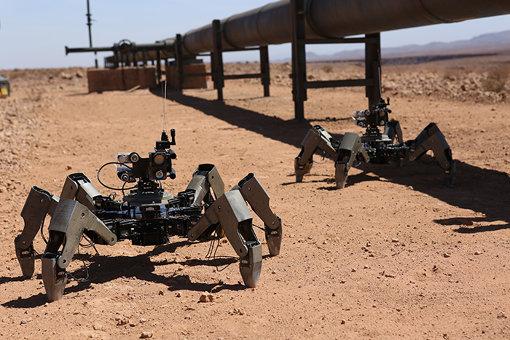 石油パイプラインの周囲を歩く監視ロボット / © Productions Item 7-II Inc. 2017