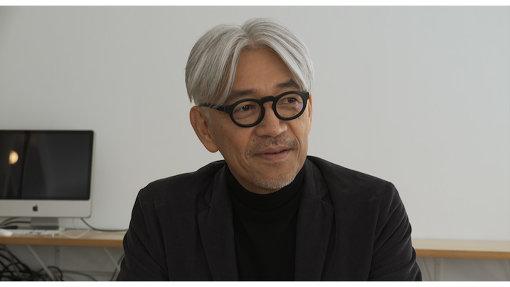 劇中で鋤田正義と話す坂本龍一 / ©2018「SUKITA」パートナーズ