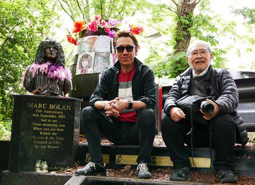 左から:マーク・ボランの記念碑の前に座る布袋寅泰、鋤田正義 / ©2018「SUKITA」パートナーズ
