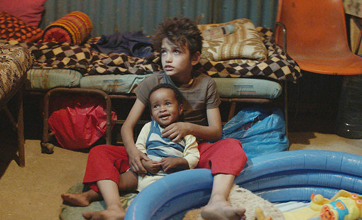 ゼインと、同じく「存在のない子供」であるヨナス。二人はとても仲が良く、映画の中では愛らしい様子も見せる。しかしそれがゆえに、残酷な瞬間が訪れる。『存在のない子供たち』 ©2018MoozFilms