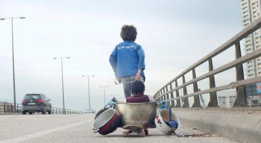 家を締め出され、街を彷徨うゼインとヨナス『存在のない子供たち』 ©2018MoozFilms